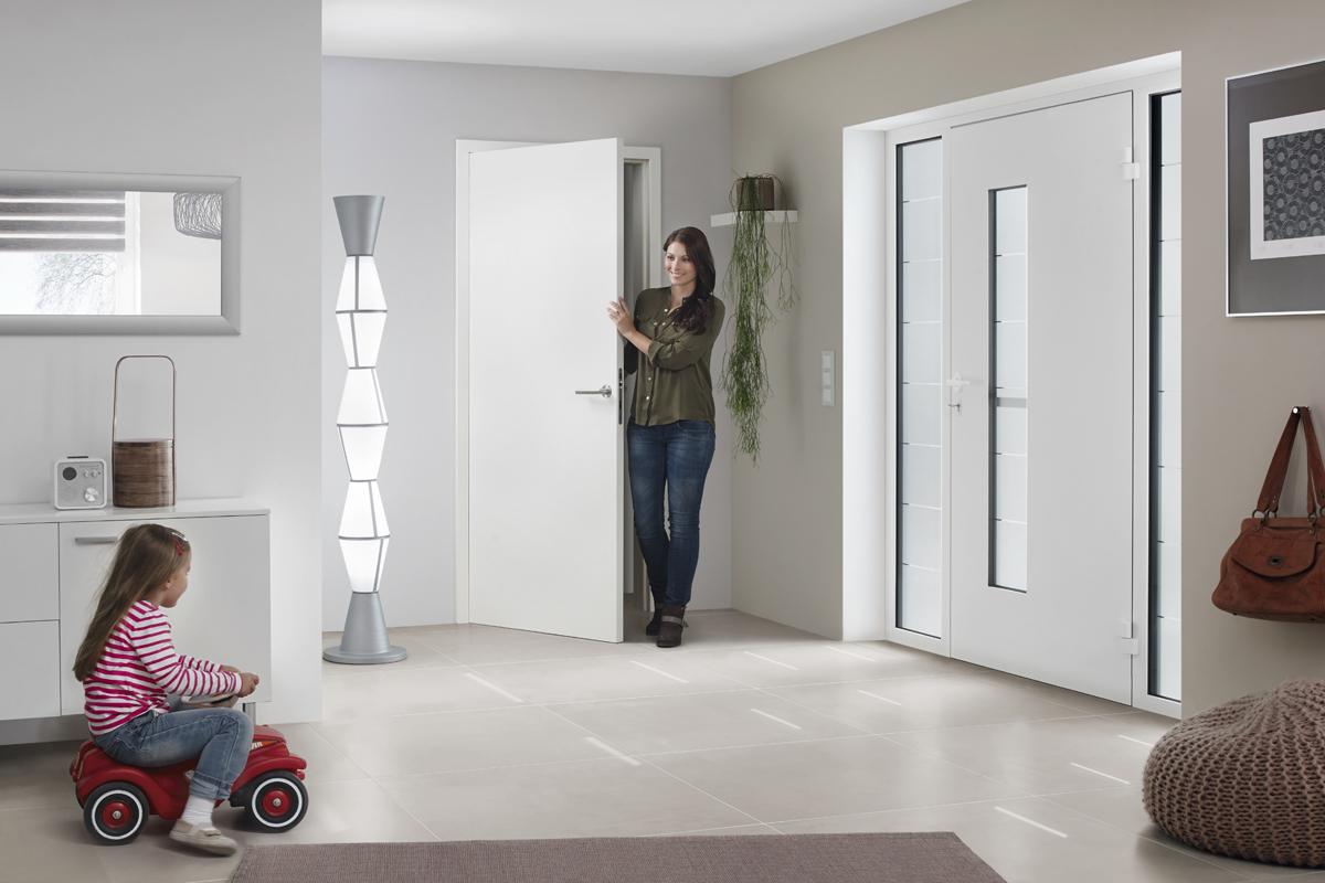 wei e aluminium haust re mit seitenteil und verglasung. Black Bedroom Furniture Sets. Home Design Ideas